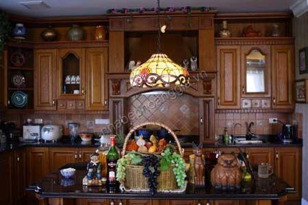 tủ bếp chất liệu gỗ tự nhiên