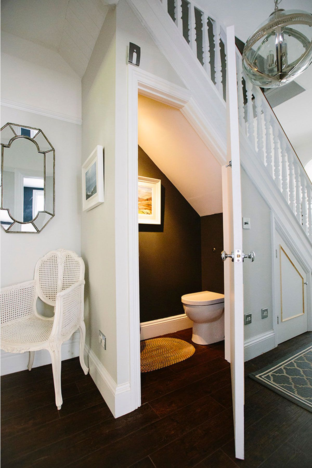 có nên đặt nhà vệ sinh dưới cầu thang không